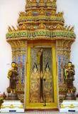 Puerta hermosa y colorida en un templo Foto de archivo libre de regalías