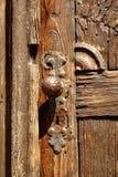 Puerta histórica con el obturador viejo de la puerta foto de archivo