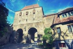 Puerta histórica de la torre adentro de la fortaleza Sighisoara Foto de archivo libre de regalías