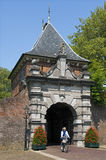 Puerta holandesa antigua Veerpoort de la ciudad y ciclista mayor Imagen de archivo