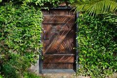 Puerta Horisontal del jardín secreto Imagen de archivo