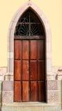 Puerta humilde de la iglesia Foto de archivo