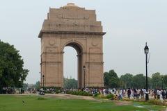 Puerta india en nuevo, Delhi con muchos turista Fotos de archivo