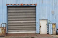 Puerta industrial cerrada Fotos de archivo libres de regalías