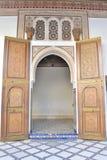 Puerta islámica tradicional en el palacio Bahía Marrakesh Imagen de archivo libre de regalías