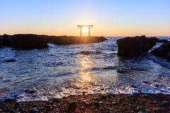 Puerta japonesa de la capilla en salida del sol Fotos de archivo