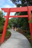 Puerta japonesa de Torii del jardín. Fotos de archivo
