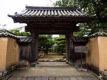 Puerta japonesa tradicional en la ciudad de Kitsuki, prefectura de Oita, Japón Fotos de archivo libres de regalías