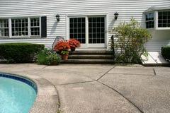 Puerta a la casa blanca con la piscina Fotografía de archivo libre de regalías