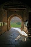 Puerta a la fortaleza antigua imagenes de archivo