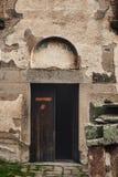 Puerta a la iglesia de San Jorge, Staro Nagoricane, Macedonia Foto de archivo