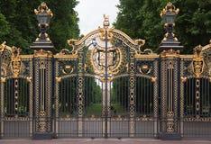Puerta Londres Inglaterra del Buckingham Palace Fotos de archivo libres de regalías