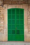 Puerta Louvered verde fotografía de archivo libre de regalías