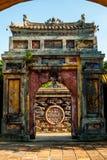Puerta maravillosamente diseñada en Hue Imperial Palace Fotografía de archivo libre de regalías