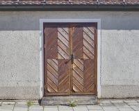 Puerta marrón de madera, Munchen, Alemania Imagen de archivo libre de regalías