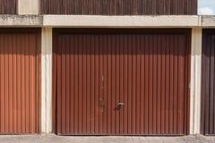 Puerta marrón genérica del garaje - protección, secretos, seguridad foto de archivo