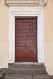 Puerta marrón vieja del metal con las escaleras Fotos de archivo libres de regalías