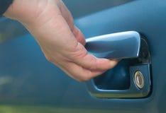 Puerta masculina de la mano y de coche Fotos de archivo libres de regalías