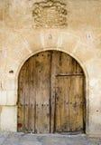 Puerta medieval con la capa del brazo Foto de archivo libre de regalías