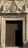 Puerta medieval con la talla foto de archivo