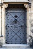 Puerta medieval de la prisión en castillo europeo viejo Imagen de archivo libre de regalías