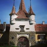 Puerta medieval de la torre con el escudo de armas Foto de archivo libre de regalías