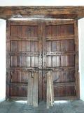 Puerta medieval de una casa y de un árbol que crecen en la pared Imagen de archivo libre de regalías