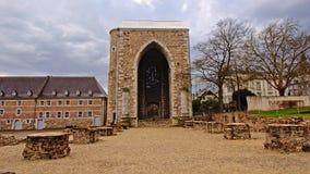 Puerta medieval del arco a la abadía de Stavelot en un día nublado Fotografía de archivo