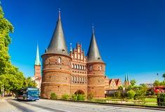Puerta medieval Holstentor de la ciudad en la ciudad hanseática alemana vieja foto de archivo