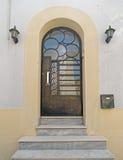 Puerta metálica arqueada elegante fotos de archivo libres de regalías