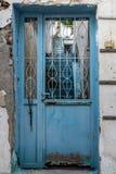 Puerta metálica azul y aherrumbrada vieja imagenes de archivo