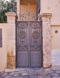 Puerta metálica de la casa elegante del vintage, Atenas Grecia foto de archivo libre de regalías