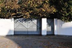 Puerta metálica de la casa moderna fotos de archivo