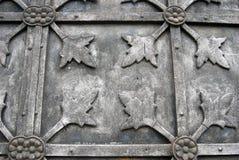 Puerta metálica gris de una iglesia vieja abstraiga el fondo Imagen de archivo