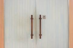 Puerta moderna una muestra que dice tirón del ` para abrir ` Imagen de archivo