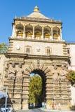 Puerta monumental Porta Nuova de la ciudad en Palermo en Sicilia, Italia Foto de archivo libre de regalías