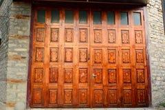 Puerta multi-artesonada de madera en el pueblo de Lahic en Azerbaijan Imágenes de archivo libres de regalías
