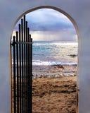 Puerta multicolora de la playa en Vieques, Puerto Rico Leading To Sunset Beach con los cielos nublados fotografía de archivo