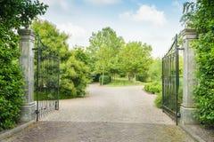 Puerta negra abierta del hierro labrado de un estado grande Fotografía de archivo