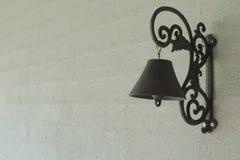 Puerta negra Bell del hierro en Gray Rendered Brick Wall Fotos de archivo