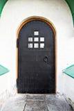 Puerta negra de las barras en el patio blanco Imagenes de archivo