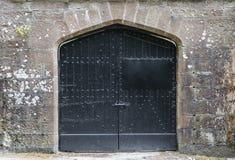 Puerta negra del hierro en castillo Fotos de archivo