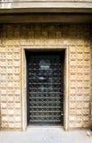 Puerta negra del hierro viejo cerrada con los detalles antiguos Puerta principal cerrada envejecida en el edificio barroco del es imagenes de archivo