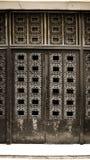 Puerta negra del hierro viejo cerrada con los detalles antiguos Puerta principal cerrada envejecida en el edificio barroco del es fotos de archivo libres de regalías