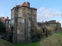 Puerta negra en Newcastle sobre Tyne, Inglaterra Entrada al castillo de Newcastle fotografía de archivo