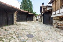 Puerta negra en una calle de piedra en Koprivshtitsa, Bulgaria Imagen de archivo