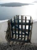 Puerta negra, paredes blancas y mar antiguo Fotografía de archivo libre de regalías