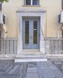 Puerta neoclásica elegante de la casa foto de archivo libre de regalías