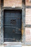 Puerta oscura de una casa de entramado de madera fotos de archivo