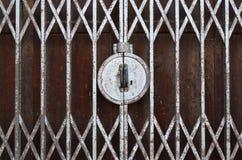 Puerta oxidada cerrada del estiramiento del doblez fotos de archivo